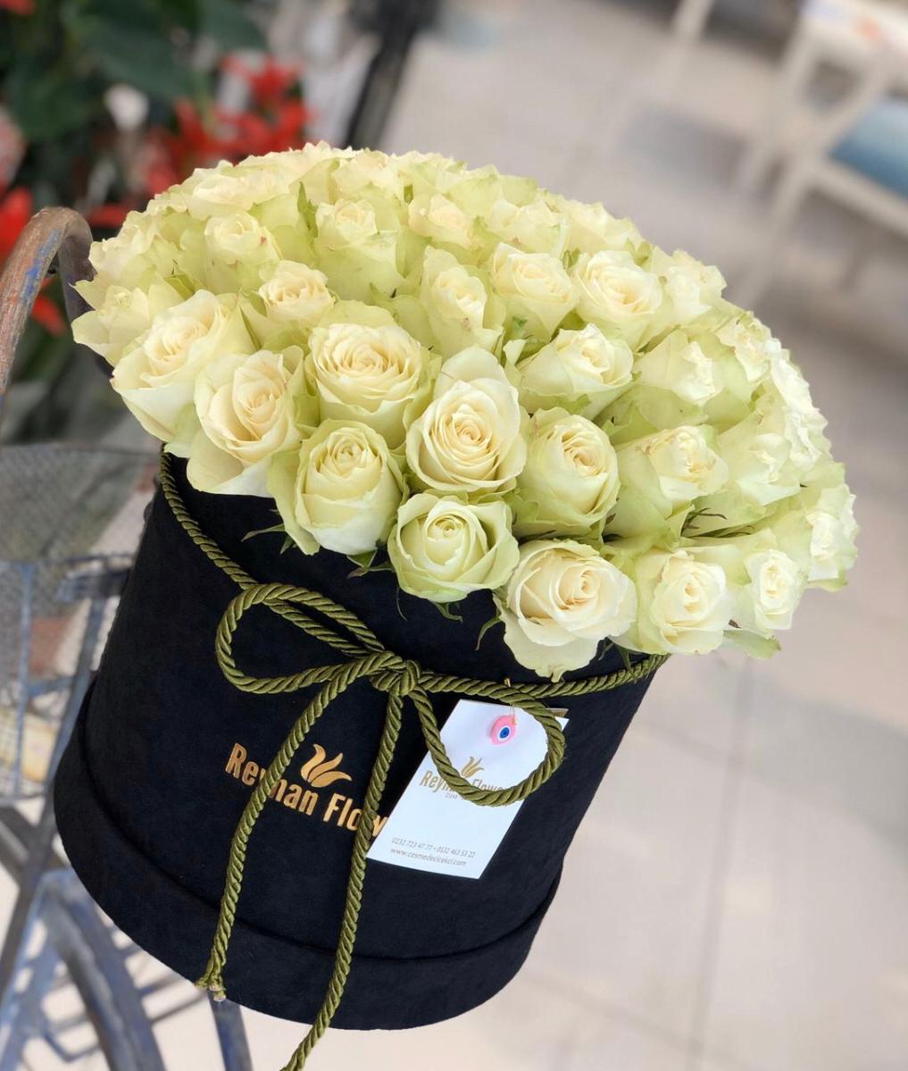 Dekoratif Kutuda Beyaz Güller